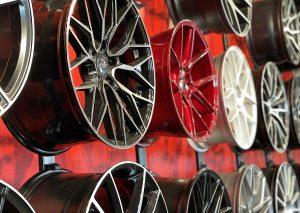 Vanteet esittelyssä punaisella seinällä